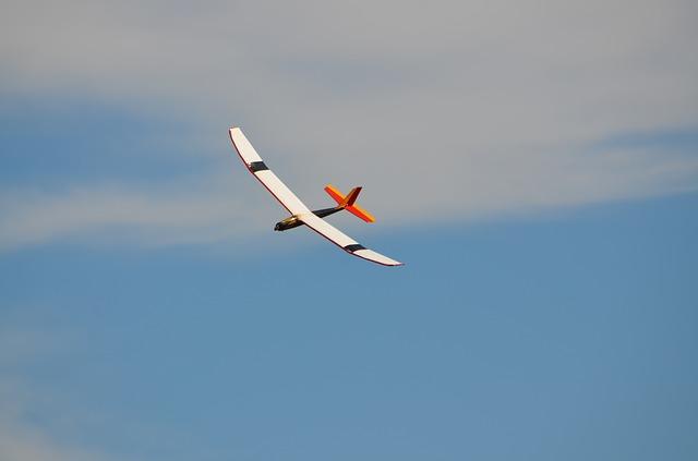 Cómo hacer un avión en cartón pluma